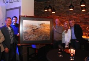 De vereniging krijgt het schilderij terug dat ze bij de opening aan De Kwinter heeft geschonken. V.l.n.r. Floris van den Hoek, Kees Vreeken, Jacco Damen, Petra en Teus den Hollander.