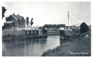 De Helsluis in de Hollandse Biesbosch, waar twee landwachters door het verzet in een hinderlaag werden gelokt in de nacht van 9 op 10 mei 1944. Het leidde tot de vergeldingsrazzia waarbij bijna 300 mensen werden opgepakt en afgevoerd.
