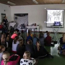 Aandachtig publiek: ook ruim 200 leerlingen bezochten de watersnoodexpositie.